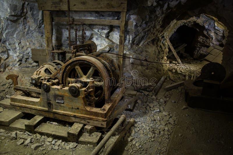 在矿里面的老生锈的设备 免版税库存照片