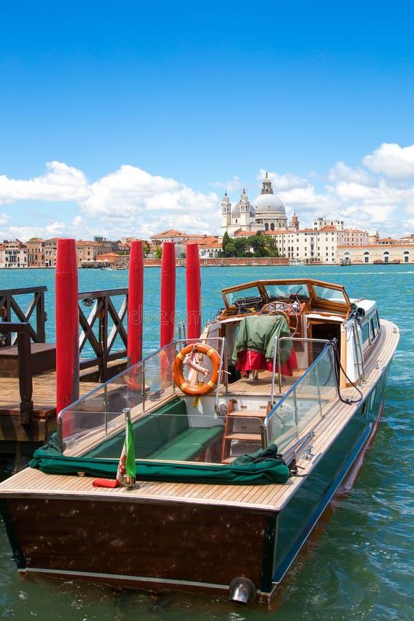 在码头停泊的小船 免版税库存图片