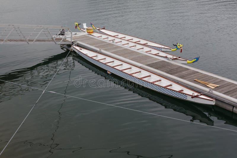 在码头的两条龙小船 免版税库存照片