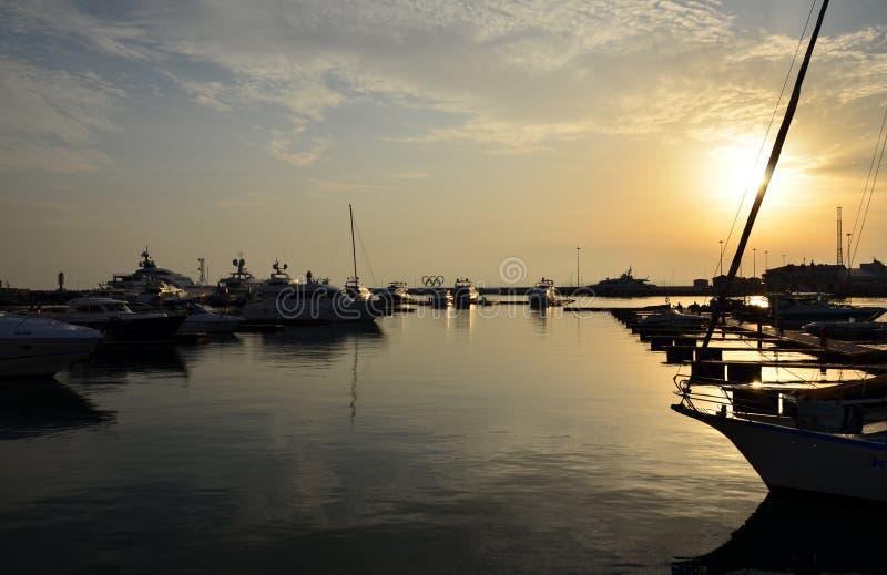 在码头的俄罗斯,索契奥林匹克圆环在日落 免版税库存照片