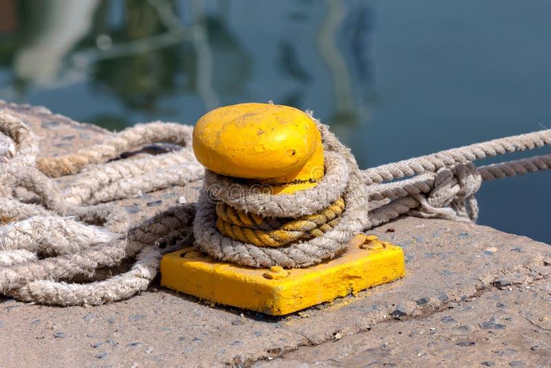 在码头的停泊绳索 免版税库存图片