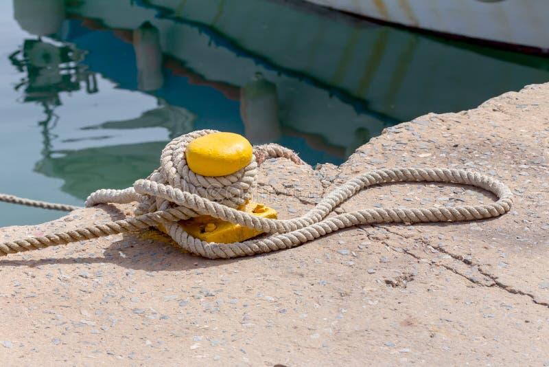 在码头的停泊绳索 库存图片