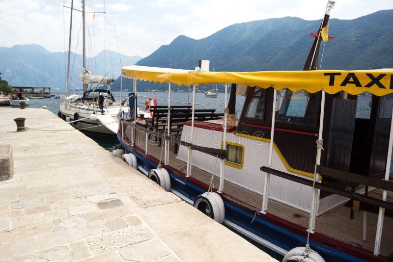 在码头的小船出租汽车 石码头 库存图片