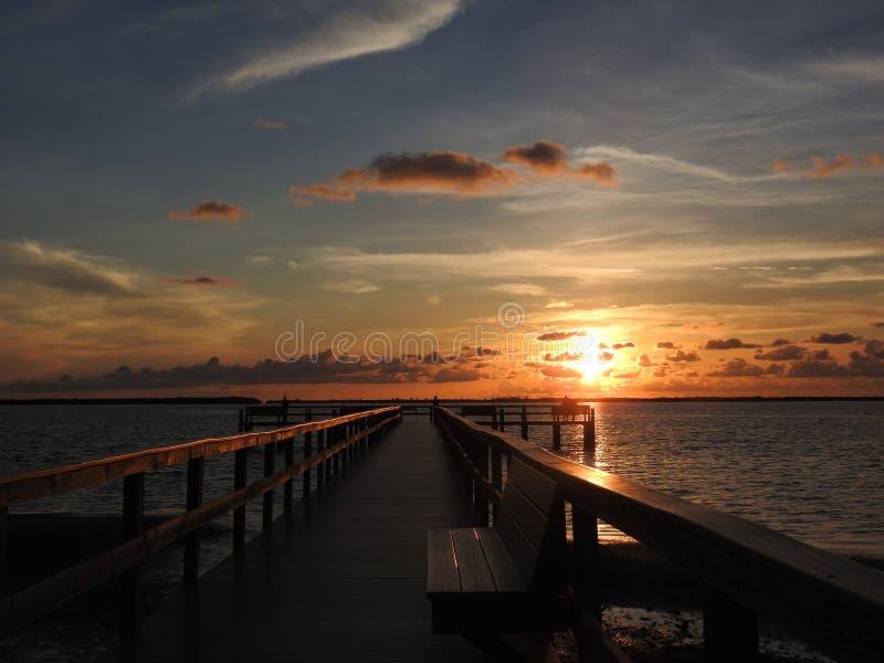 在码头的日落在土地在矮棕榈条的Ceia海湾 库存图片