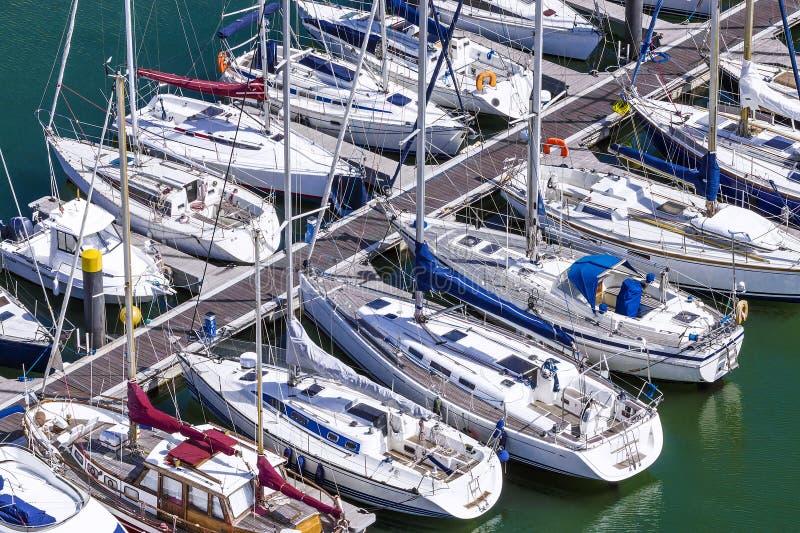 在码头的白色游艇 免版税图库摄影