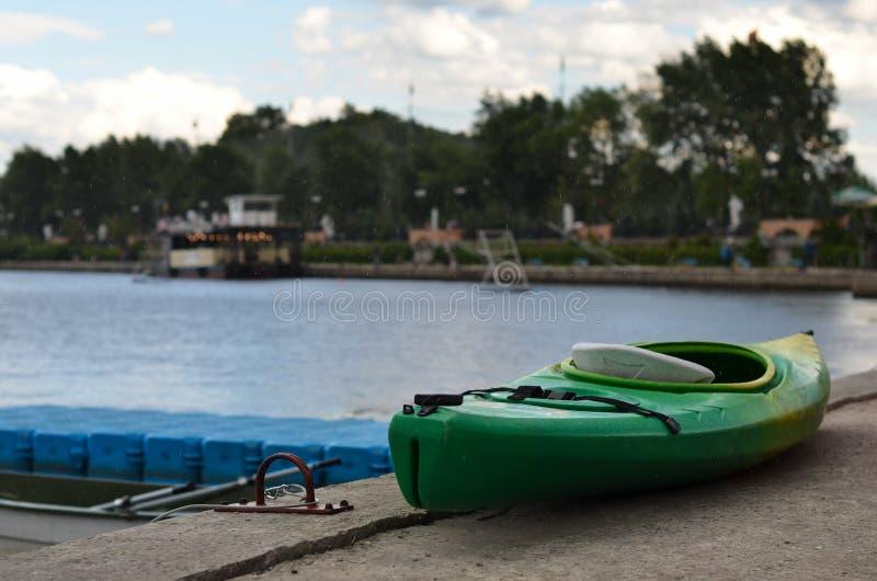 在码头的皮船 免版税库存图片