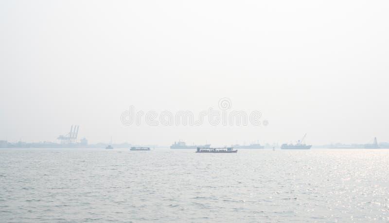 在码头的空气污染 坏空气质量充满呼吸道疾病的尘土原因 全球性变暖从空气污染 免版税库存照片