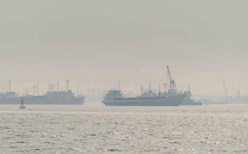 在码头的空气污染 坏空气质量充满呼吸道疾病的尘土原因 全球性变暖从空气污染 免版税图库摄影