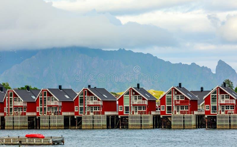 在码头的红色挪威钓鱼的房子rorbu在斯沃尔韦尔,Lototen海岛,Austvagoya,Vagan自治市,诺尔兰县,挪威 免版税库存图片