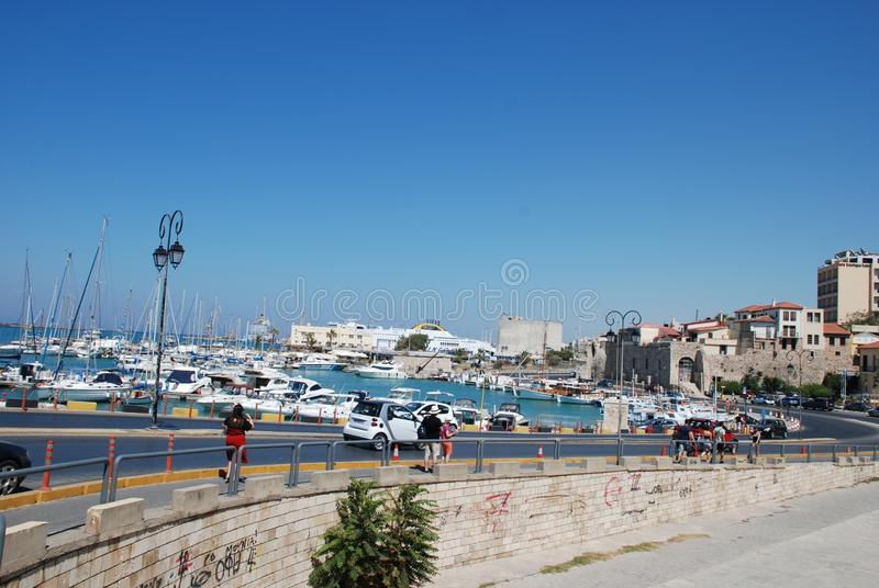 在码头的街道有游艇的在度假圣地伊拉克利翁,克利特 库存照片