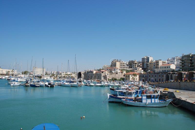 在码头的街道有游艇的在度假圣地伊拉克利翁,克利特 库存图片