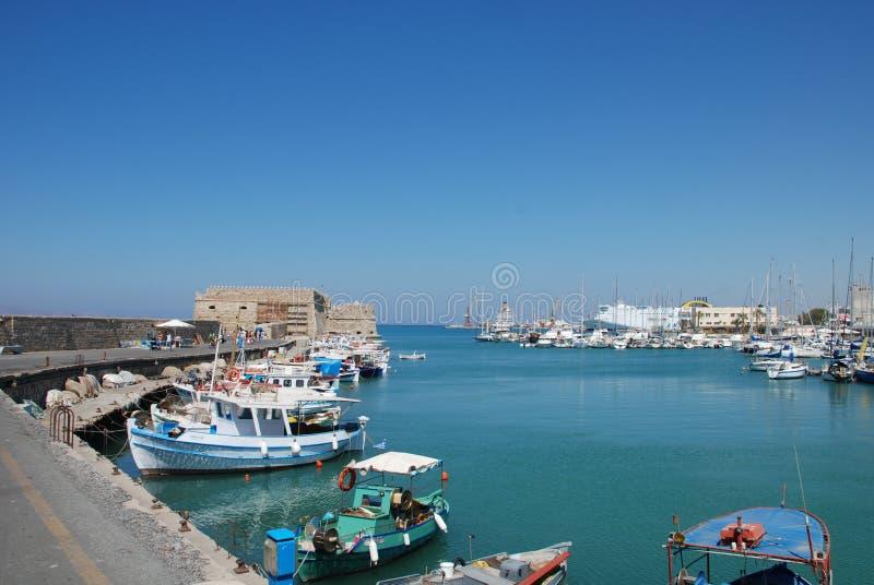 在码头的街道有游艇的在度假圣地伊拉克利翁,克利特 图库摄影