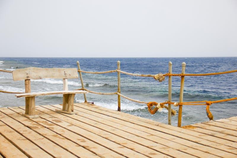 在码头的长木凳,海景 库存照片