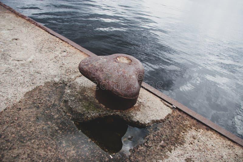 在码头边缘的老生锈的停泊的勾子 免版税库存照片