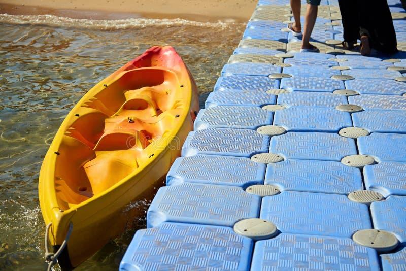 在码头附近的皮船小船 夫妇在码头走 免版税库存照片