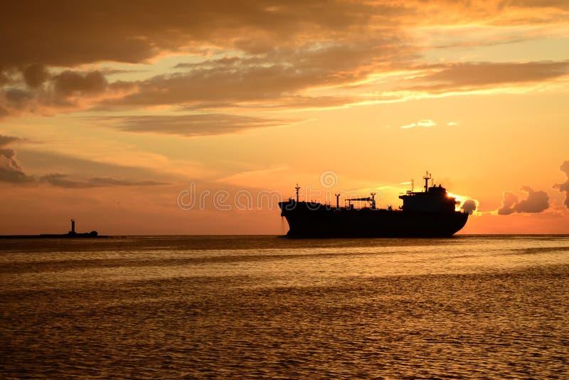 在码头和一艘通过的船的日落 库存照片