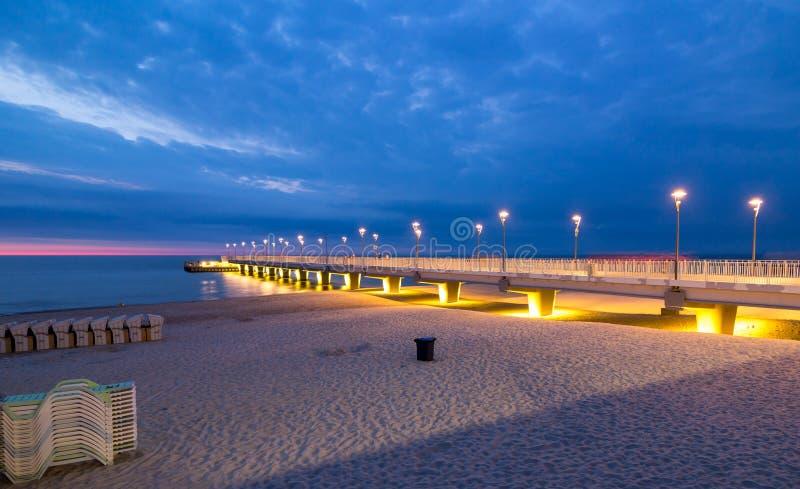 在码头在晚上, Kolobrzeg,波兰的五颜六色的光 库存图片