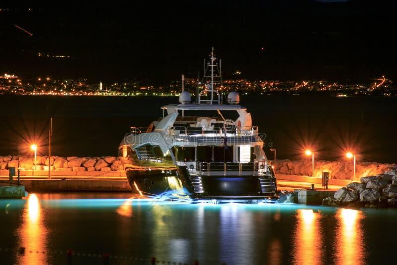 在码头夜停泊的豪华游艇 库存图片