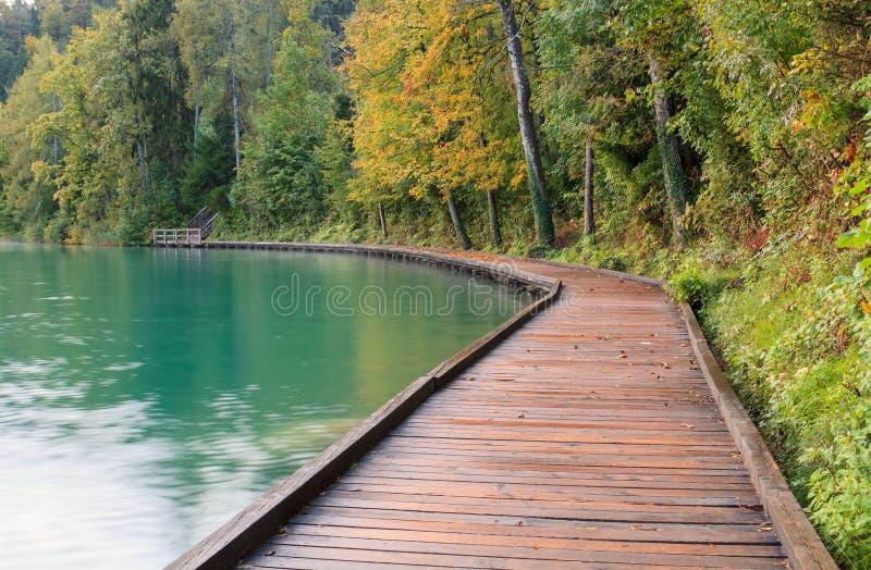 在码头旁边的美丽的流血的湖 免版税库存图片