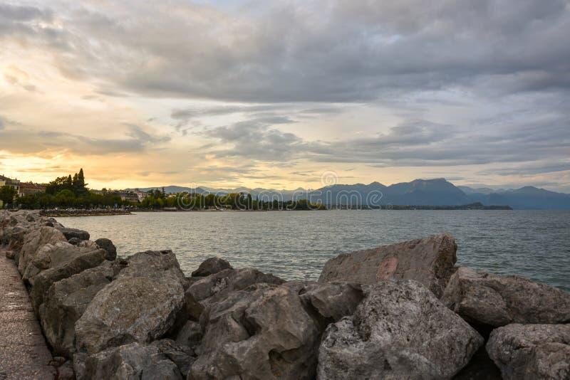 在码头的多云天空在湖的加尔达Desenzano 免版税图库摄影