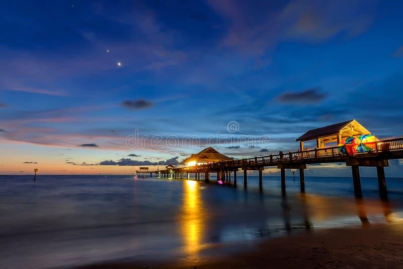 在码头60的日落在Clearwater佛罗里达 库存照片