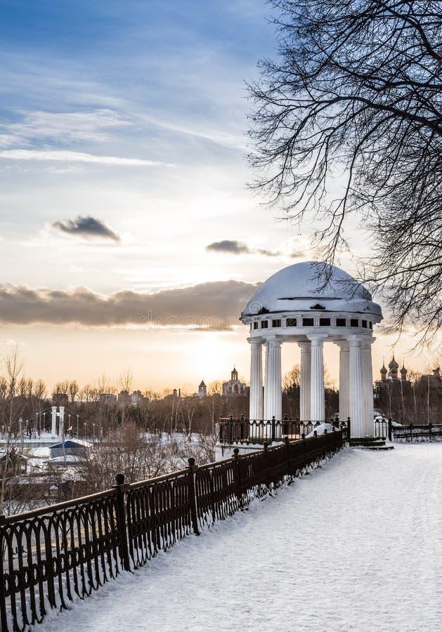 在码头的树荫处在Yaroslavl的中心。 俄国 免版税库存图片