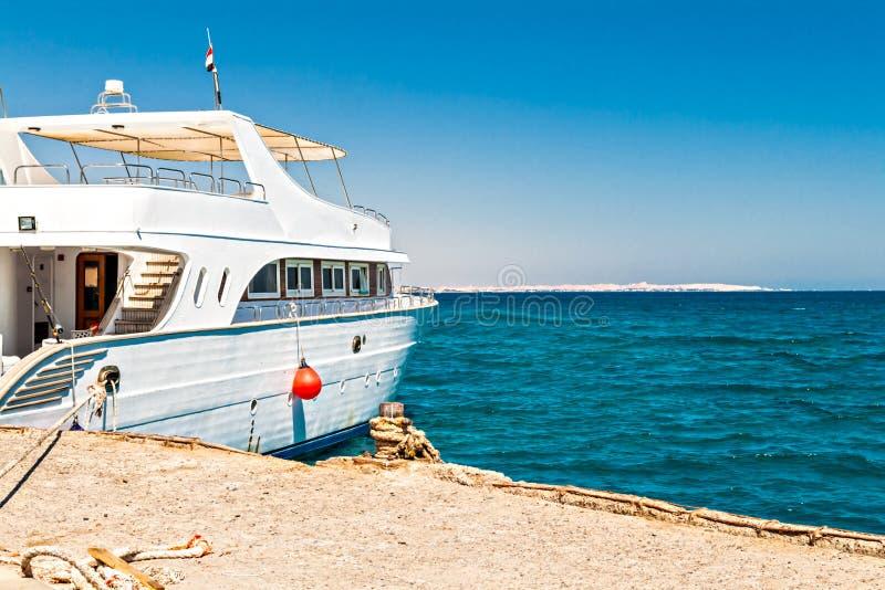在码头的白色游艇在海 图库摄影