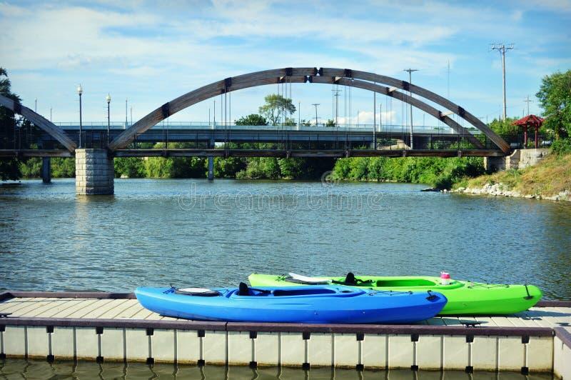 在码头的皮船由桥梁 免版税图库摄影