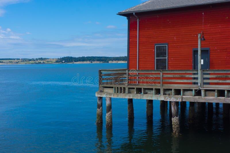在码头的红色大厦 免版税库存照片