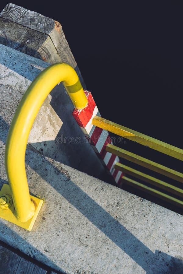 在码头的黄色梯子 免版税图库摄影
