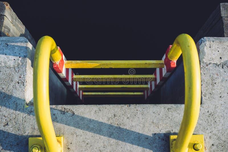 在码头的黄色梯子 免版税库存照片