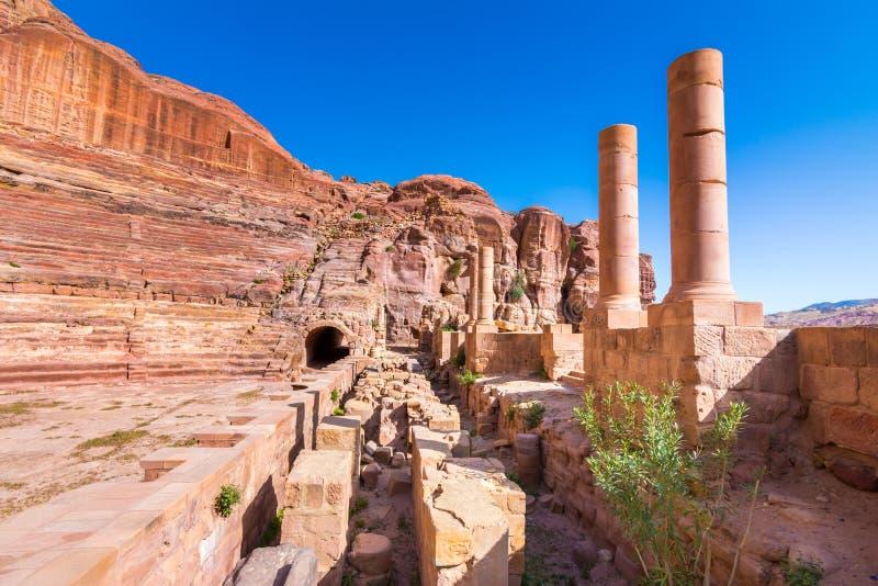 在砂岩、Petra,约旦古老流浪的城市的专栏和废墟的洞 免版税库存照片