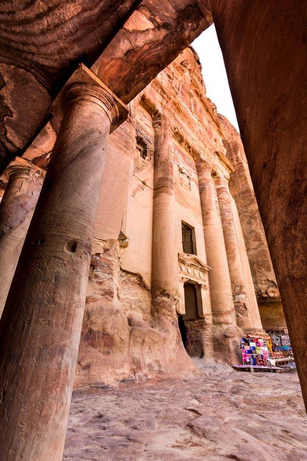 在砂岩、Petra,约旦古老流浪的城市的专栏和废墟的洞 免版税图库摄影