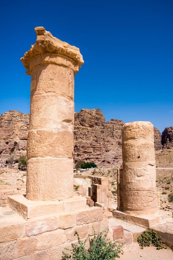 在砂岩、Petra,约旦古老流浪的城市的专栏和废墟的洞 图库摄影
