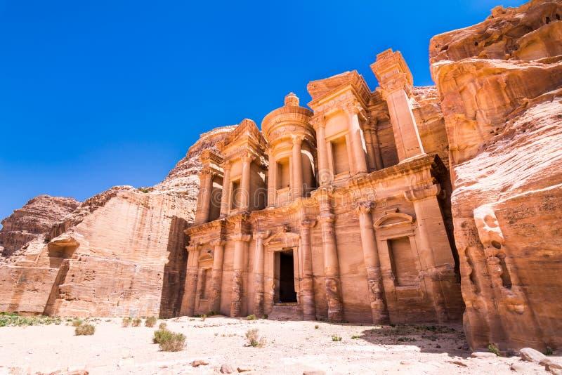 在砂岩、Petra,约旦古老流浪的城市的专栏和废墟的洞 库存照片