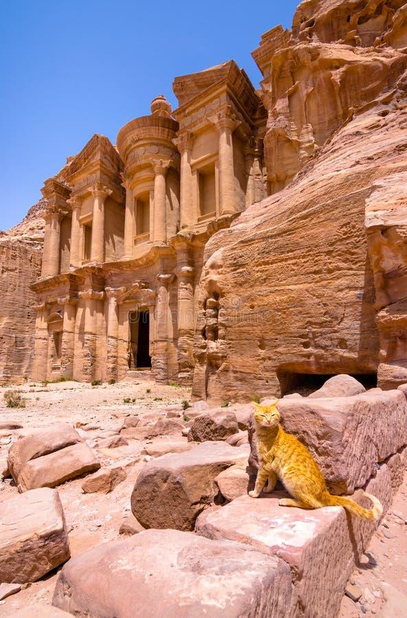 在砂岩、Petra,约旦古老流浪的城市的专栏和废墟的洞 免版税库存图片