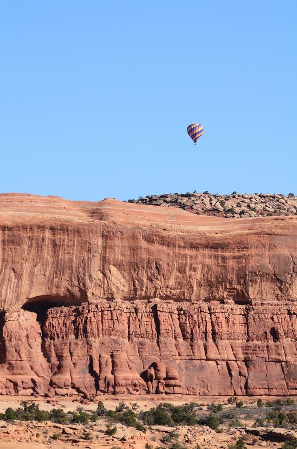 Download 在砂岩Mesa上的热空气气球 库存照片. 图片 包括有 红色, 天空, mesa, 风景, 沙漠, 旅行 - 30330720