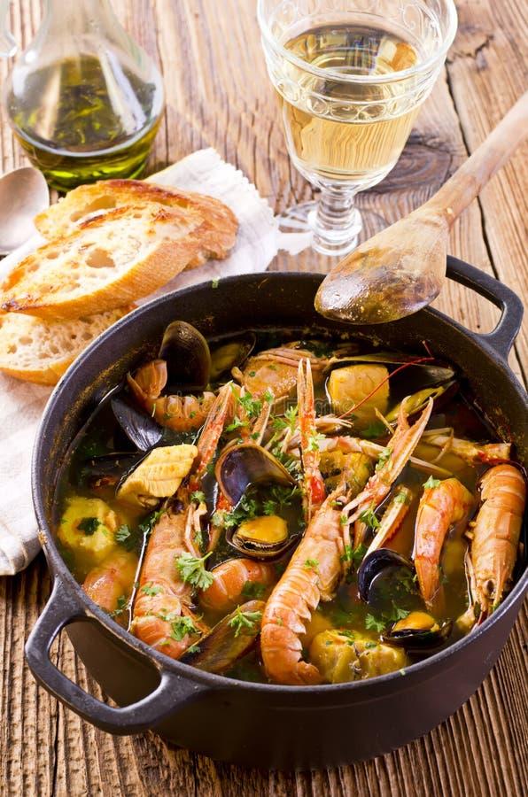 在砂锅的法式海鲜汤汤 免版税库存照片