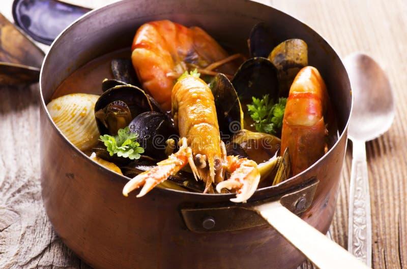 在砂锅的海鲜汤 免版税库存照片