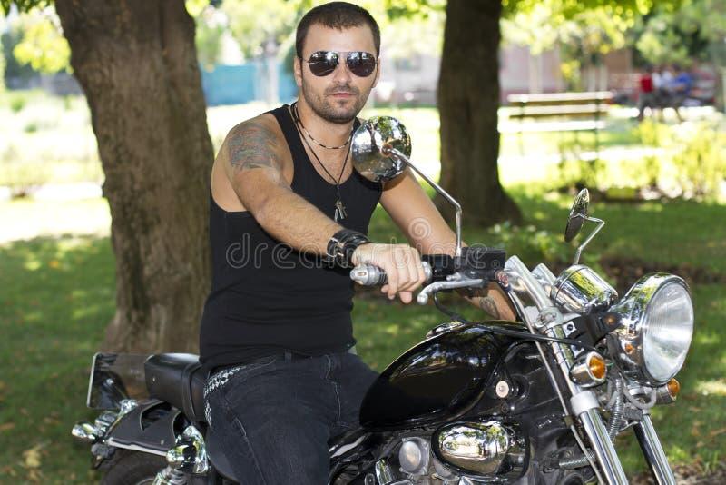 在砍刀的反叛摩托车车手 免版税库存图片