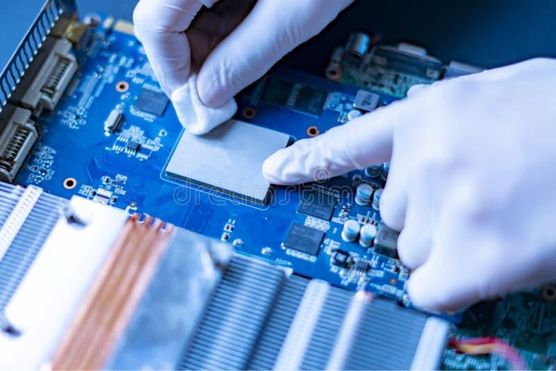 在研究的大学的科学家手与新技术计算机cpu芯片f一起使用 免版税库存照片