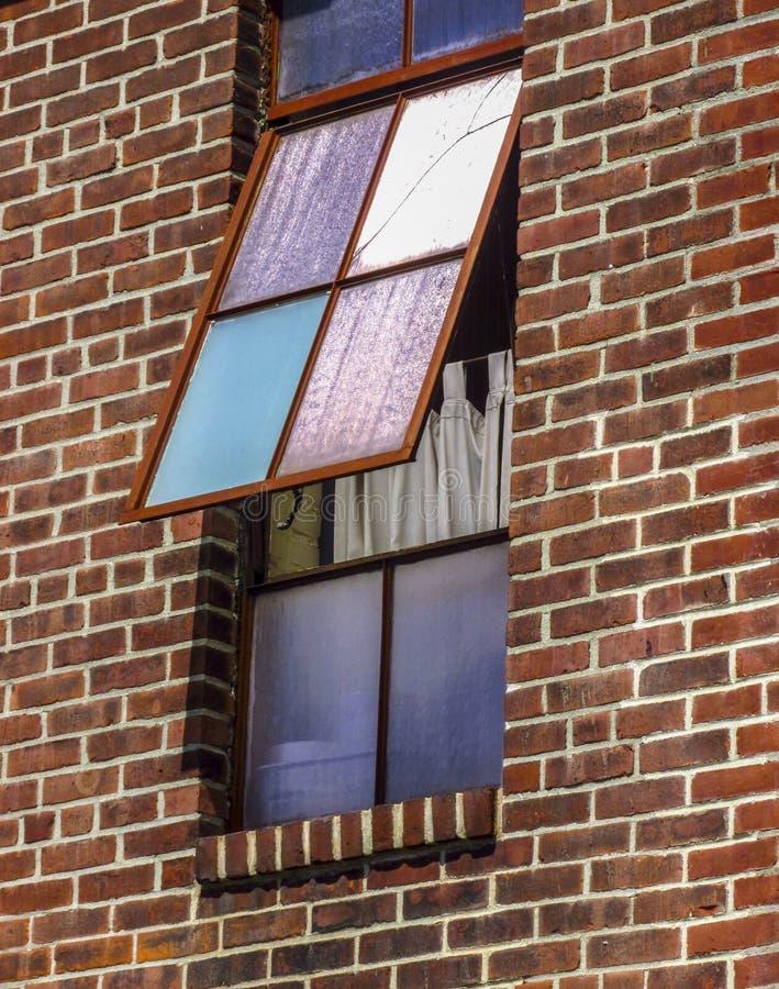 在砖墙上的五颜六色的开窗口 库存图片