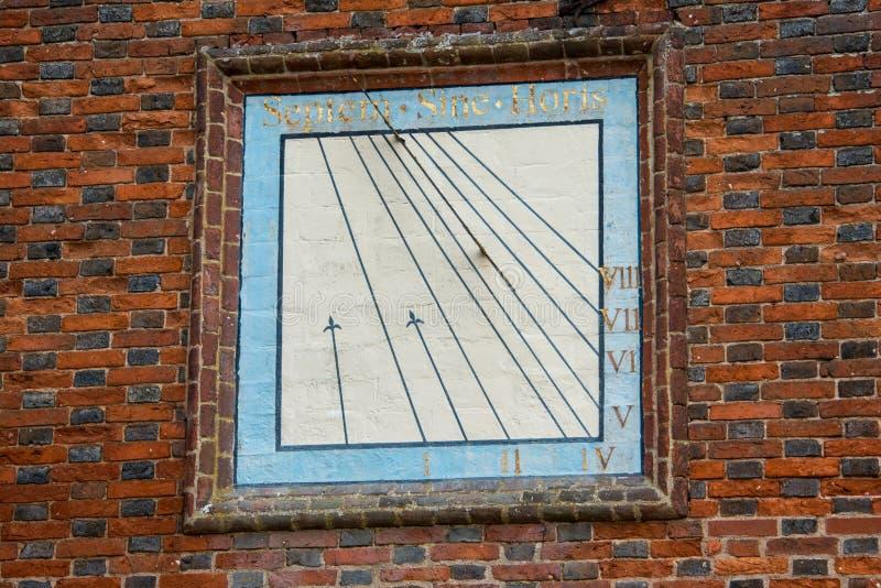 在砖墙上的古老日规在英国 库存图片