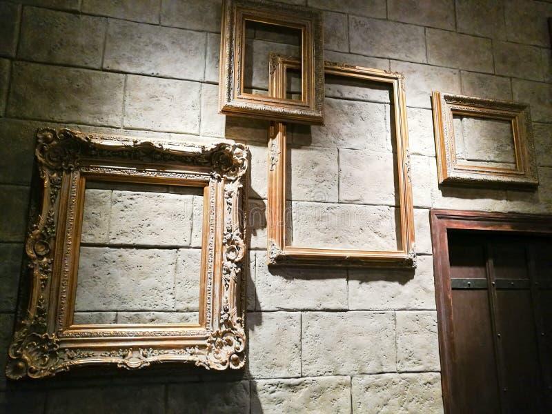 在砖墙上的各种各样的空的葡萄酒照片框架 免版税库存照片