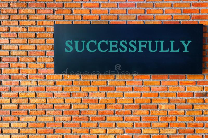 在砖墙上的成功文本 免版税库存图片
