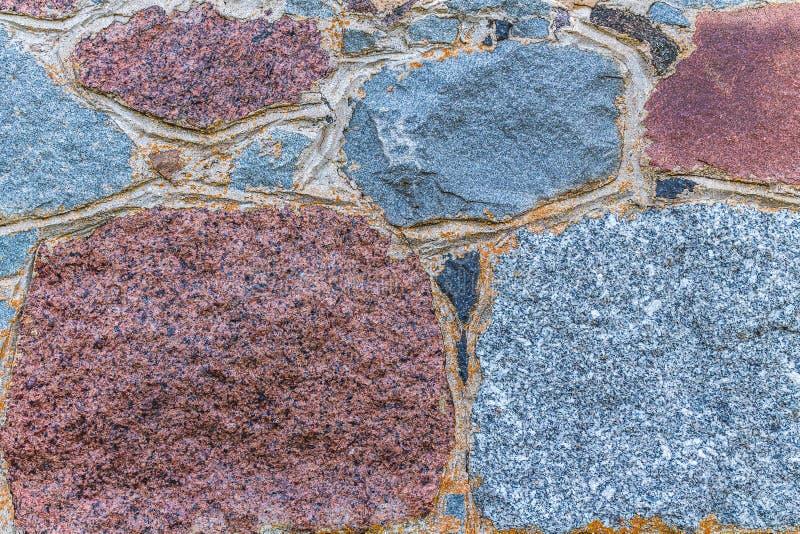 在砖墙上的被风化的老potrescane膏药 免版税库存图片