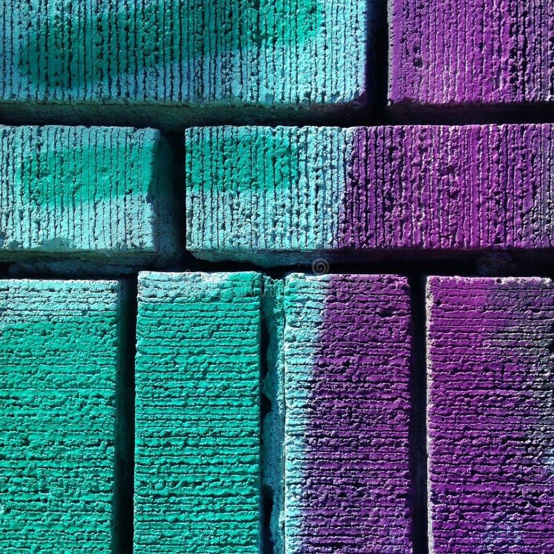 在砖墙上的颜色混合 库存图片