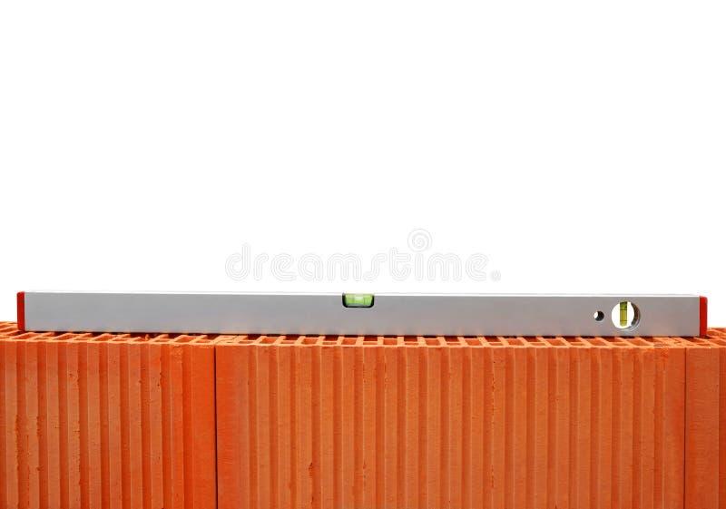 在砖墙上的水平仪 免版税库存图片
