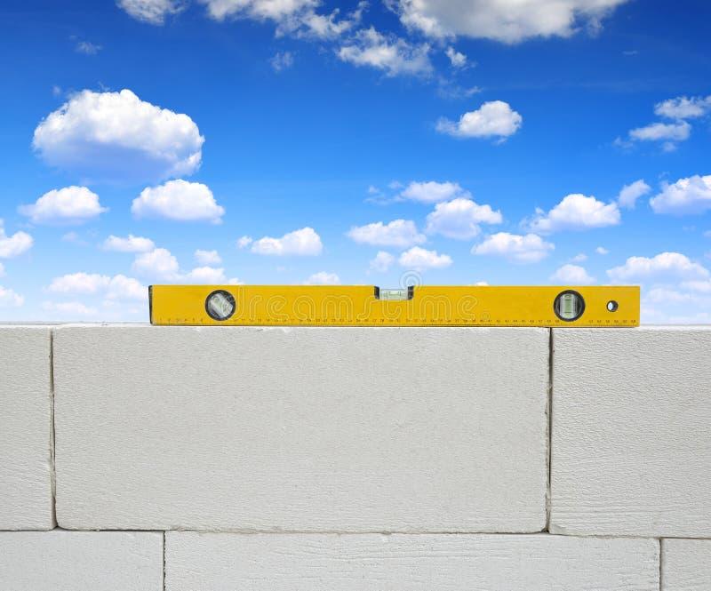 在砖墙上的水平仪 免版税库存照片
