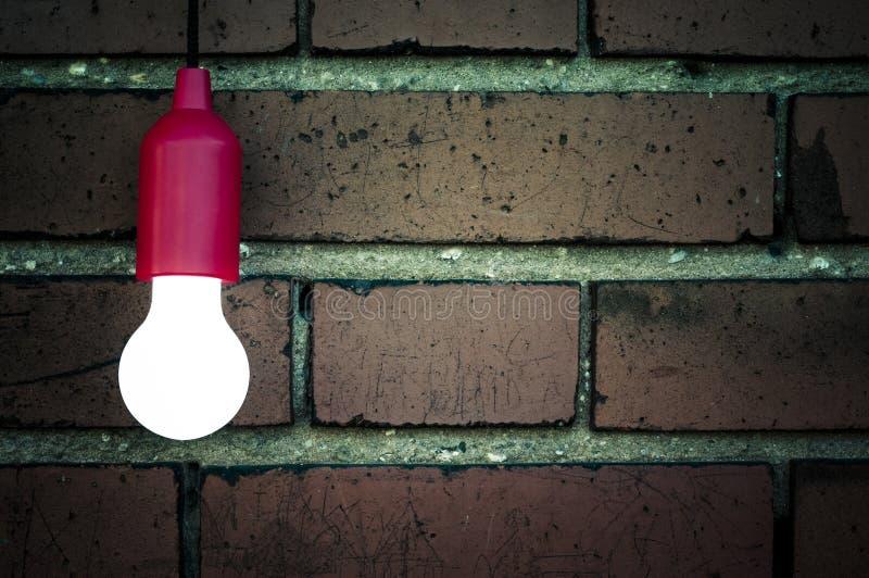 Download 在砖墙前面的电灯泡 库存照片. 图片 包括有 对象, bulfinch, 空白, 红色, 水平, 概念, 光亮 - 72355272
